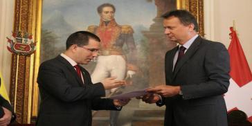 Venezuelas Außenminister Arreaza und der  Geschäftsträger der Schweizer Botschaft in Caracas, Chassot