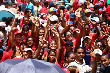 Tausende Menschen gingen am Montag in Caracas auf die Straße, um ihre Unterstützung für Präsident Maduro zum Ausdruck zu bringen