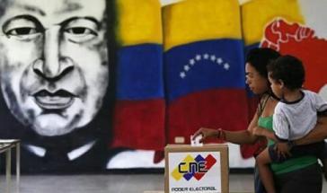 In einem von 14.382 Wahllokalen. Die regierende sozialistische Partei gewann die Lokalwahlen in Venezuela