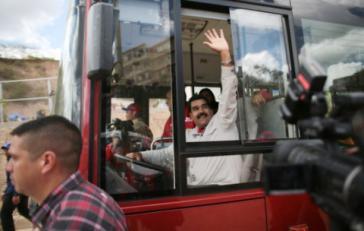 """Venezuelas Präsident Maduro, der früher als Busfahrer tätig war, in einem der """"roten Busse"""" des staatlichen SITSSA-Systems"""