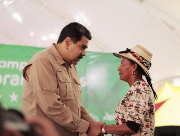 Die Sprecherin des Bauernmarsches aus Zulia, Nieves Rios, mit Maduro
