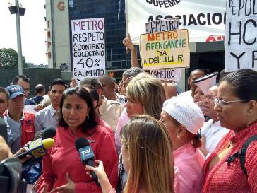 Die entlassene Gewerkschafterin Deillily Rodriguez spricht mit Medien bei einer Protestaktion für ihre Wiedereinstellung und für Arbeitsrechte