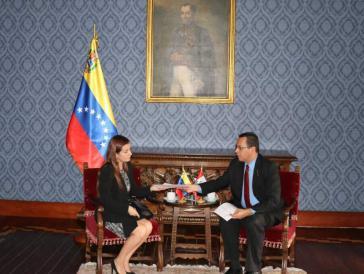Venezuelas Außenminister Jorge Arreaza über gibt die Protestnote an die Vertreterin Perus in Caracas