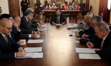 Der Vizeaußenminister von Venezuela, Iván Gil (Bildmitte) mit diplomatischen Vertretern der EU bei der Übergabe der Protestnote