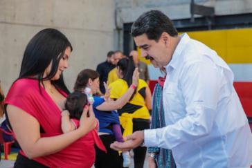 Venezuelas Präsident Maduro bat die Vereinten Nationen beim Besuch eines Geburtshauses in Caracas um Unterstützung bei der Medikamentenversorgung
