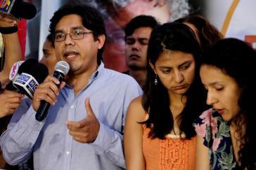 Victor Fernández, Anwalt der Familie Cáceres und von Copinh, neben den Töchtern der Ermordeten, Bertha und Laura Zúniga Cáceres
