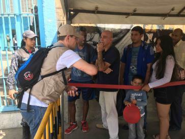 Wahlbegleiter aus Großbritannien im Gespräch mit Wählern in Caracas, Venezuela