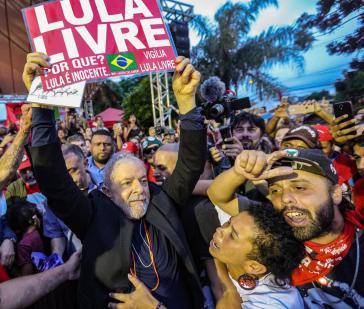 Lula nach seiner Freilassung mit Anhängern in Curitiba