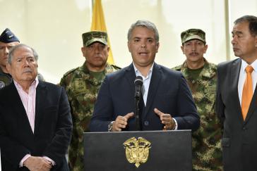 Präsident Iván Duque (vorne) Verteidigungsminister Guillermo Botero (links), gemeinsam mit den Generälen Luis Fernando Navarro (hinten links) und Nicacio Martínez (hinten rechts)