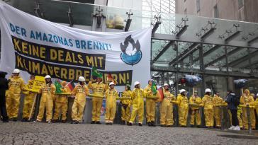 50 Klimaschützer von Greenpeace blockierten am Montagmorgen den Zugang zur Industrie- und Handelskammer in Berlin