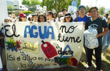 In San Salvador haben von Studenten angeführt viele Menschen gegen die Privatisierung von Wasser demonstriert