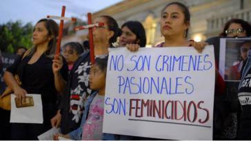 Frauen und Mädchen bei einer Demonstration gegen Frauenmorde