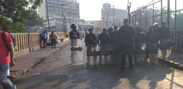Die Nationale Polizei hielt alle Zugangsstraßen zum Parlament in Tegucigalpa, Honduras, geschlossen.