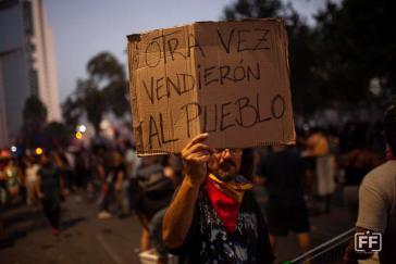 """""""Wieder einmal haben sie das Volk verkauft"""": Demonstration in Santiago gegen den Kompromiss von Regierung und Teilen der Opposition"""