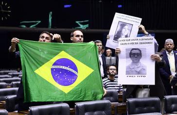 """""""Die Stimme, die die Diktatur preist, bringt die Stimme der Bürger zum Schweigen!"""" Abgeordnete erinnerten 2014 der Diktatur am Jahrestag des Putsches. Der damalige Abgeordnete und heutige Präsident, Jair Bolsonaro, und sein Sohn Eduardo ließen es sich nicht nehmen, das Gedenken zu stören"""