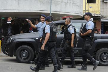 Angehörige der Landespolizei von Rio de Janeiro (Policia Militar) haben gesuchte Mitglieder der Milizen vor Festnahmen gewarnt. Häufig sind Milizionäre selbst Polizisten