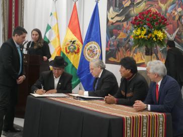Almagro und Außenminister Pary (schreibend) unterzeichnen ein Abkommen, das die Arbeit der Wahlbeobachter im Oktober gewährleisten soll