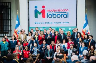 Präsident Sebastian Piñera mit Anhängern bei der Vorstellung der Gesetzesinitiative