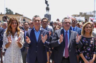 Ab heute löst Alberto Fernández (2. von rechts) Mauricio Macri als Präsident von Argentinien ab (jeweils mit ihren Ehefrauen am Sonntag bei einer Veranstaltung in Lujan)