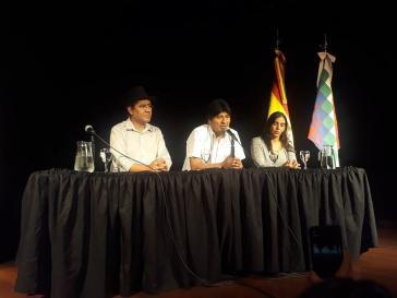 Morales bei der ersten Pressekonferenz in Argentinien am 17. Dezember. Mit dabei die frühere Gesundheitsministerin Gabriela Montaño und Ex-Außenminister Diego Pary Rodríguez