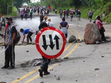 Auf rund zehn Kilometern haben die Indigenen die Kontrolle über die Panamericana erlangt. Verkehrsschilder werden kurzerhand zu Schilden umfunktioniert
