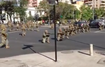 In Feuerposition: Soldaten bei einer Demonstration in Chile (Screenshot)