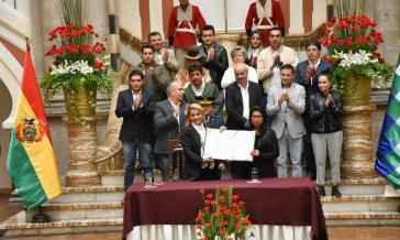 Putsch-Präsidentin Jeanine Áñez und MAS-Senatspräsidentin Eva Copa nach Unterzeichnung des Abkommens am Sonntag (24.11.2019) in La Paz