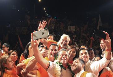 Gegenkandidat Carlos Mesa mit Anhängern bei der letzten Wahlveranstaltung in Santa Cruz