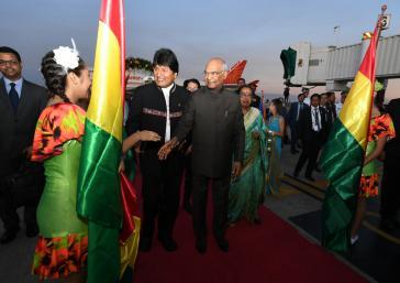 Boliviens Präsident Morales empfing seinen indischen Amtskollegen Kovind am 28. März auf dem Flughafen von Santa Cruz