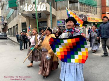 Protestmarsch gegen den Putsch nach La Paz am Mittwoch. Eine Demonstrantin trägt die indigene Wiphala-Fahne