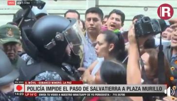Adriana Salvatierra vor Polizisten am Parlamentsgebäude in la Paz, Bolivien