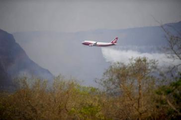 Das von der Regierung Morales in den USA gemietete größte Löschflugzeug der Welt, der «Supertanker Boing-544» im Einsatz in der brennenden Region Chiquitania