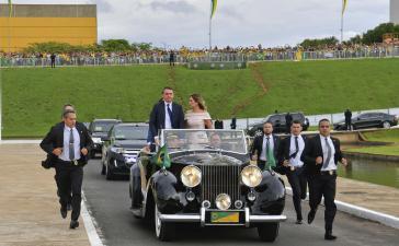 Als Teil der Zeremonie fuhren Bolsonaro und seine Frau Michelle die Hauptachse der Stadt, die Esplanada dos Ministério bis zum Nationalkongress entlang