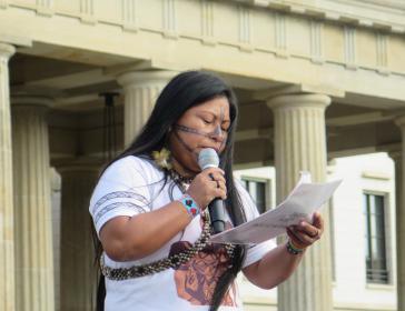 Die Aktivistin Alessandra Korap von der indigenen Gruppe der Munduruku aus Brasilien beim Klimastreik vor dem Brandenburger Tor