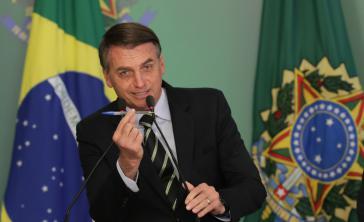 Brasiliens Präsident beim Unterzeichnungsakt seines Waffen-Dekrets