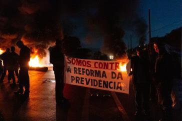 In den frühen Morgenstunden begannen Demonstranten, wichtige Zufahrtsstraßen zu blockieren