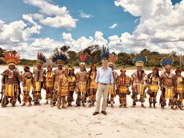 Der brasilianische Umweltminister Ricardo Salles mit Indigenen in Brasilien