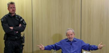 Besteht auf der Aufhebung aller gegen ihn ergangenen Urteile: Ex-Präsident Lula da Silva, hier beim Interview mit Brasil de Fato im Gefängnis (25.Oktober)