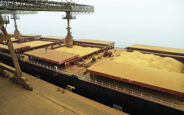 Verladung von Soja im Hafen von Paranaguá im Bundesstaat Paraná. Im Jahr 2017 erreichte sie einen historischen Höchststand