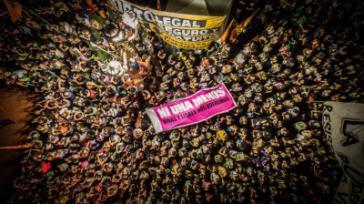 """Bei einer Veranstaltung im Rahmen des Festivals diskutieren Vertreterinnen von """"Ni Una a Menos"""" aus Argentinien, der Opferorganisation MOVICE aus Kolumbien und der Vereinigung der Mütter und Väter der verschwundenen Studierenden aus Ayotzinapa in Mexiko."""