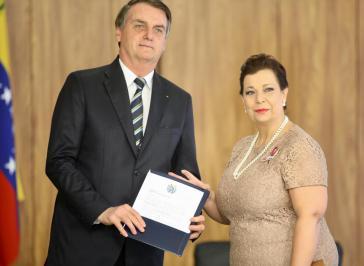 Präsident Bolsonaro und die Vertreterin des selbsternannten Interimspräsidenden Guaidó in Brasilien, Belandria, bei dem offiziellen Akt am 4. Juni im Palácio do Planalto