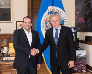 Der OAS-Generalsekretär, Luis Almagro, und der ultrarechte bolivianische Politiker, Luis Camacho, freuen sich gemeinsam in Washington
