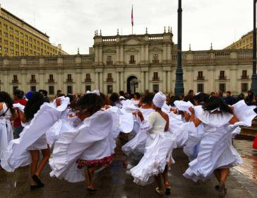 Tanz vor dem Regierungspalast - Eine Gruppe aus Arica zeigt den afrochilenischen Tumbe