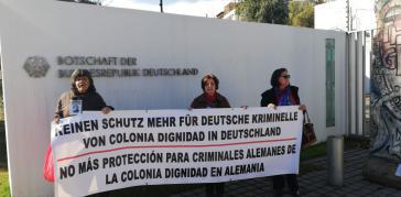 """Proteste vor der deutschen Botschaft in Santiago gegen Straflosigkeit im Fall der """"Colonia Dignidad"""" am vergangenen Samstag"""