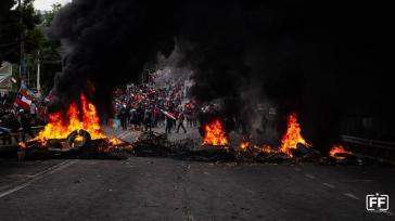 Bewohner von San Antonio zogen zur Kaserne Tejas Verdes und bauten dort Barrikaden, um gegen die Repression zu protestieren. Sie war unter der Diktatur ein Folterzentrum