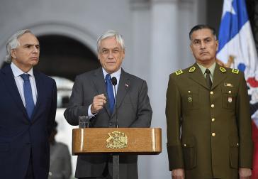 Präsident Piñera ‒ hier bei der Ernennung des neuen Generaldirektors der Militärpolizei, Mario Rozas Córdova, am 21. Dezember ‒ steht nach wie vor hinter seinem Innenminister Chadwick (links im Bild)