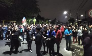 Samstagabend in Santiago: Proteste in den Wohnvierteln, nur Minuten vor der Augangssperre