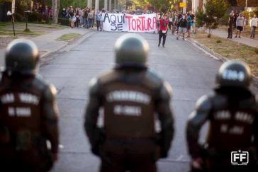 """""""Hier wird gefoltert"""": Protest gegen Folter in Chile durch das Militär"""