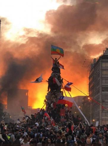 Demonstranten erklimmen in Santiago de Chile ein Denkmal