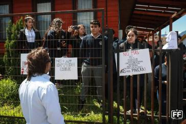 """Schüler in Hornopirén besetzten nach der Demonstration ihre Schule """"Sagrada Familia"""""""